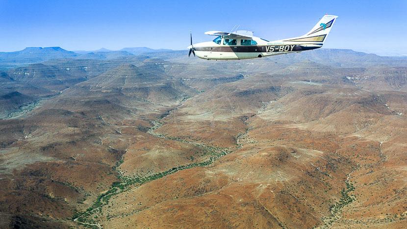 Avion taxi en Afrique, Survol du Kaokoland, Namibie © Christophe Courteau