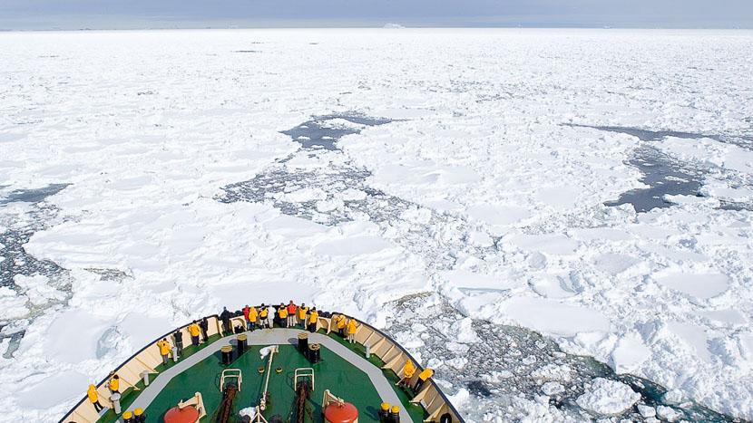 Croisière en Antarctique et île Shetland du Sud, Kapitan Khlebnikov et Manchots empereurs © Quark - John Weller