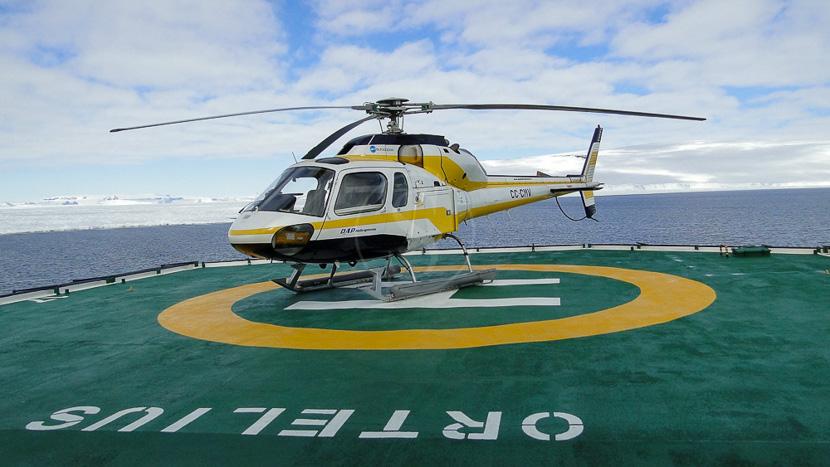 Approche des Manchots Empereurs en hélicoptère, Croisière en Mer de Weddell, Antarctique © Oceanwide Kubny Heiner