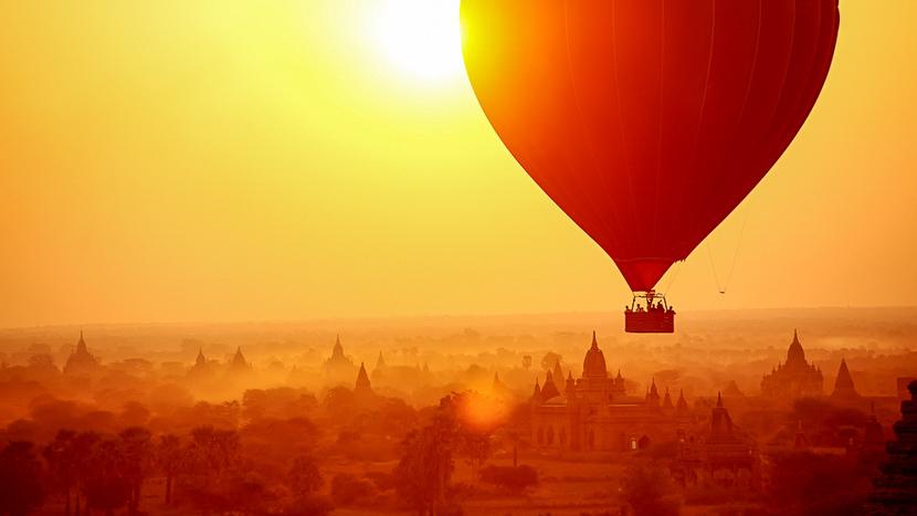 Survol de la plaine de Bagan en montgolfière, Anciens temples à Bagan, Birmanie © Shutterstock