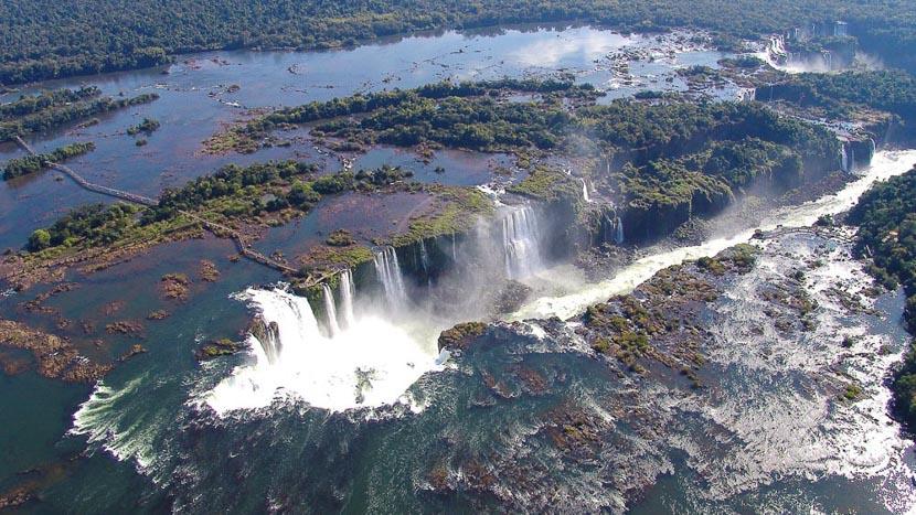 Survol des chutes d'Iguaçu en hélicoptère, Chutes Iguaçu, Argentine © Shutterstock