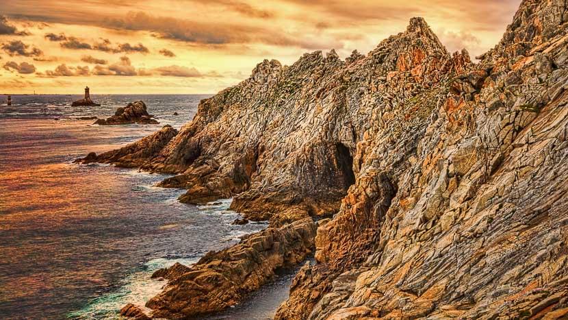 Croisière avec la compagnie du Ponant en Bretagne , Pointe du Raz, France © Shutterstock