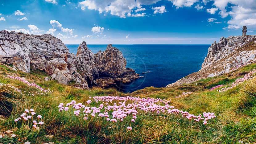 Croisière avec la compagnie du Ponant en Bretagne , Pointe du Pen-hir, France © Shutterstock
