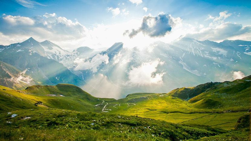 Randonnée Yoga Zen, Alpes du nord, France © Shutterstock