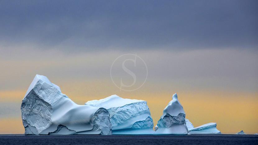 Une croisière au milieu des icebergs, Côte Est du Groenland © Shutterstock
