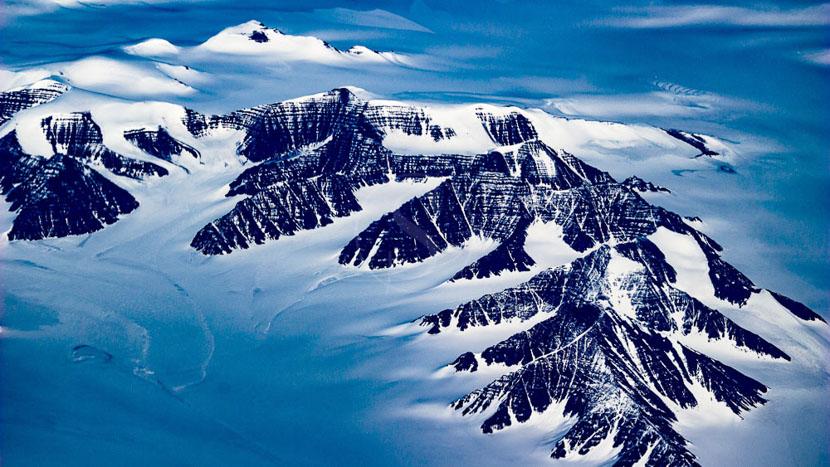 Survoler en avion la plus grande île au monde, Vue aérienne du Groenland © Shutterstock
