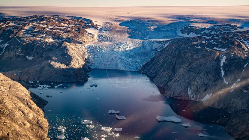 Survoler en avion la plus grande île au monde, Région de Tasiilaq, Groenland © Shutterstock