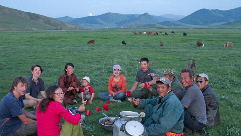 Repas traditionnel, Bivouac dans la steppe, Mongolie © Laurent Guillot