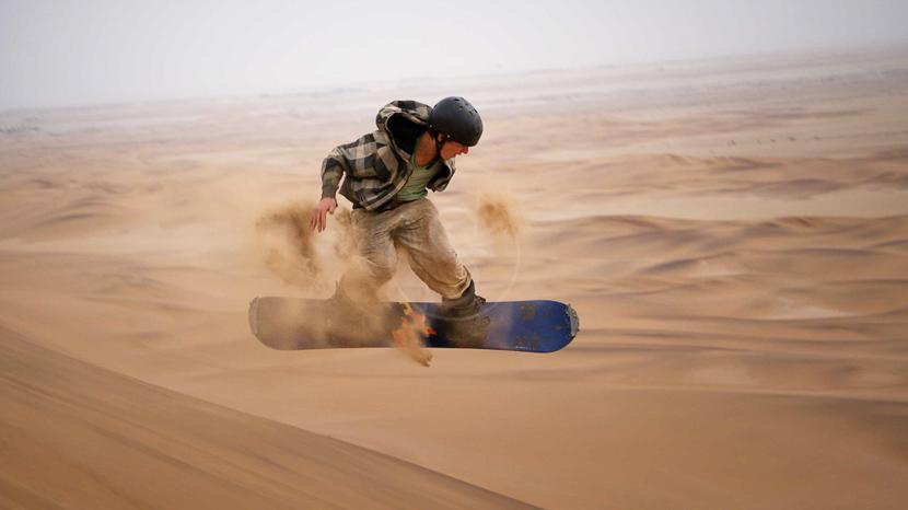 Sandboarding sur les dunes, Excursions à Sandwich Harbour, Namibie © SH. 4x4