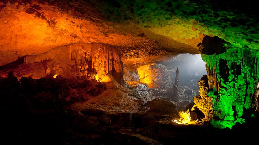 Baie d'Halong, Grotte dans la Baie d'Halong