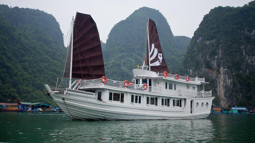 Jonque privée dans la Baie d'Halong, Croisière dans la Baie d'Halong, Vietnam
