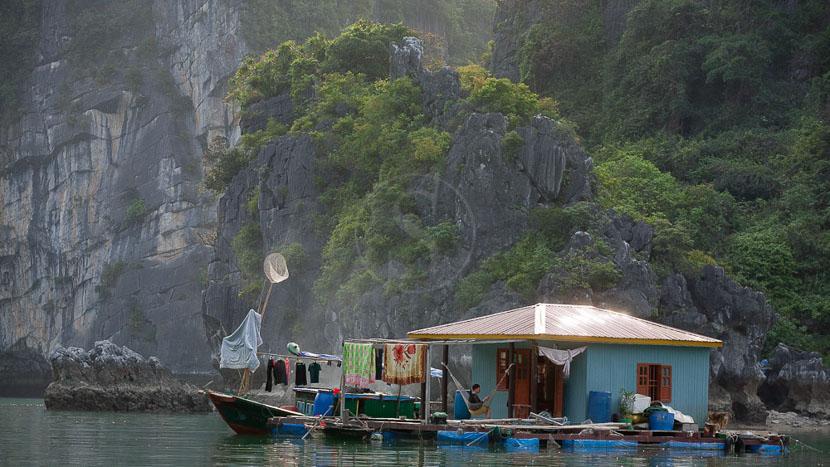 Jonque privée dans la Baie d'Halong, Village de pêcheurs dans la Baie d'Halong
