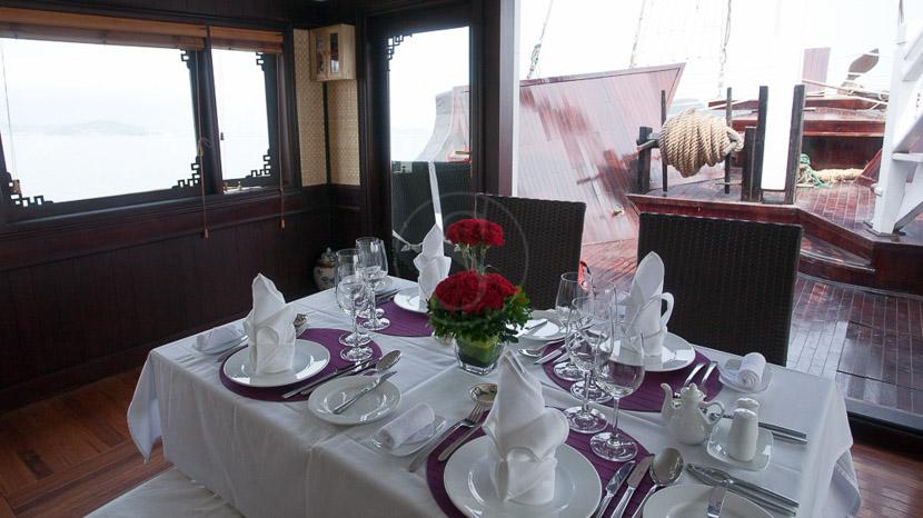 Jonque privée dans la Baie d'Halong, Déjeuner sur un bateau privatisé dans la Baie d'Halong