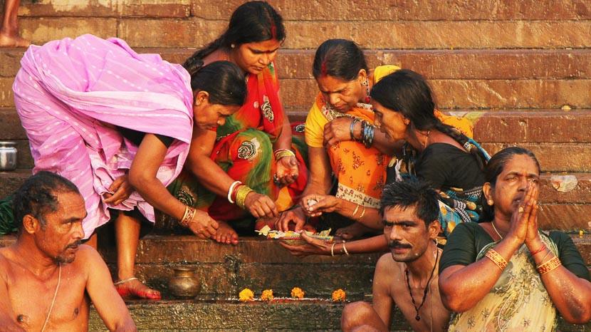 Varanasi, Prière matinale sur le Gange, à Varanasi