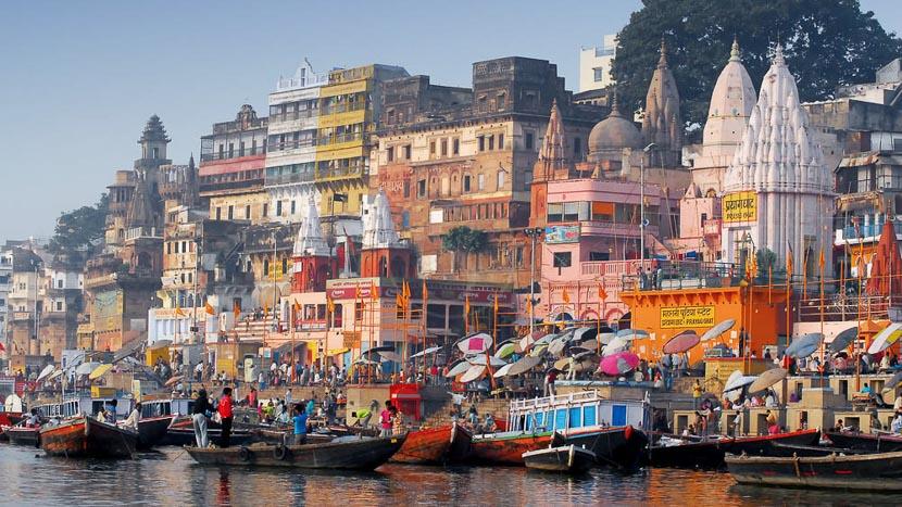 Varanasi, Les couleurs du Ghat principal de Varanasi, Inde